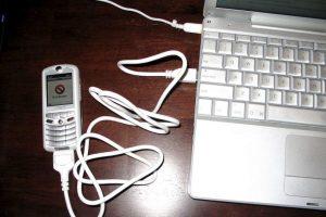 En el 2005 vio la luz un proyecto de Apple y Motorola llamado ROKR. Se trata de un teléfono móvil que relativamente tuvo éxito, ya que hubo muchas versiones después de su lanzamiento. Sin embargo, Apple abandonó el proyecto para centrase en otros que ahora gozamos, como el iPhone y iPod. Foto:Vía commons.wikimedia.org. Imagen Por: