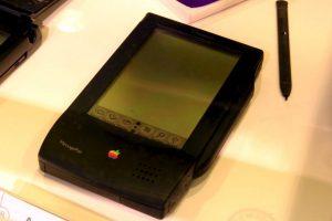 El primer experimento de Apple por un móvil fue el Apple Newton PDas. La pantalla ilegible, el nulo reconocimiento de la escritura y una batería de muy corta duración terminaron por derrotar esta idea. Foto:Vía commons.wikimedia.org. Imagen Por: