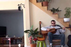 """Así lo sintió este """"músico"""" que pateó a su gato, que dormía cómodamente en el sillón. Foto:Youtube. Imagen Por:"""