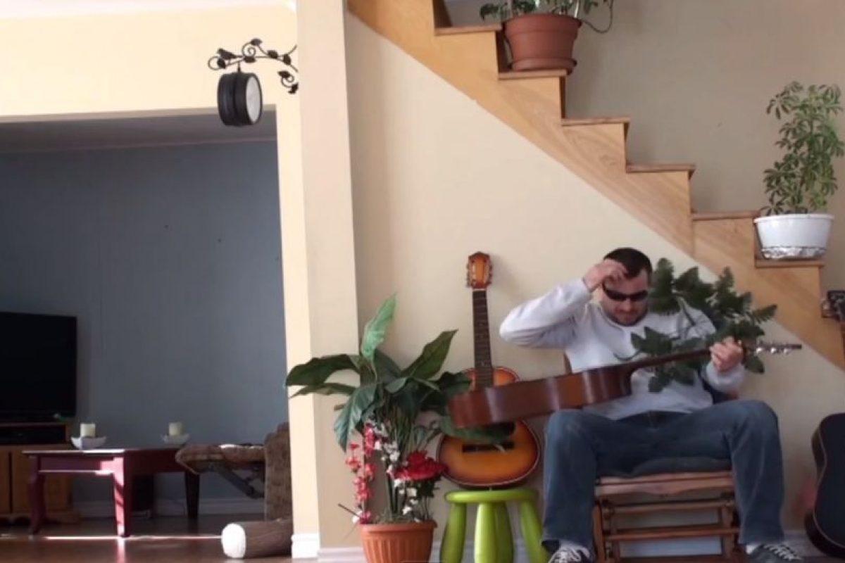 Pero este pateó la maceta de la escalera. Foto:Youtube. Imagen Por:
