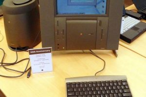 Apple TAM (Twentieh Anniversary Macintosh) fue creada por el vigésimo aniversario de la firma. No hay muchos pros y contra, más bien se le toma como un dispositivo decorativo y de aniversario. Foto:Vía commons.wikimedia.org. Imagen Por: