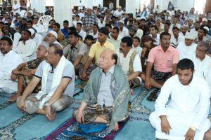 Al centro, el presidente de Yemen Abedrabbo Mansour Hadi, rezando en una mezquita durante este viernes Foto:AFP. Imagen Por: