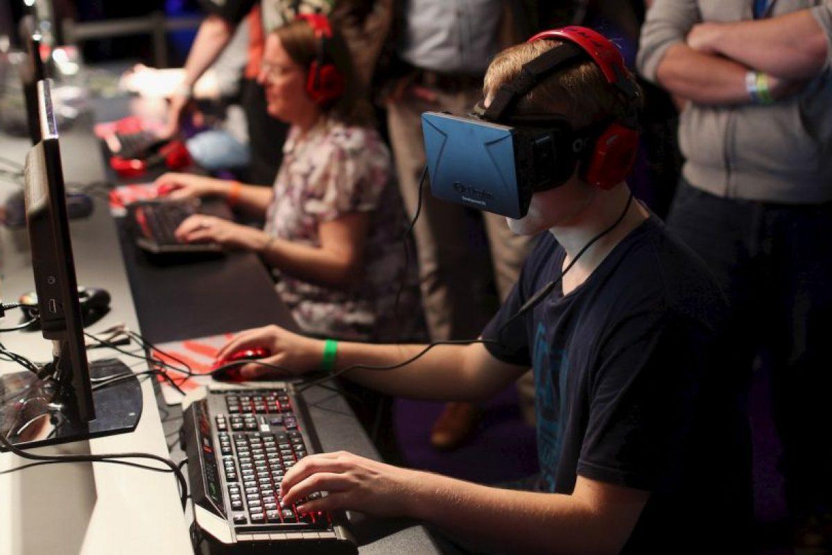 Los lentes de realidad virtual aparecieron por vez primera en la década de los 90. Principalmente fueron diseñados para los videojuegos. Foto:Getty. Imagen Por: