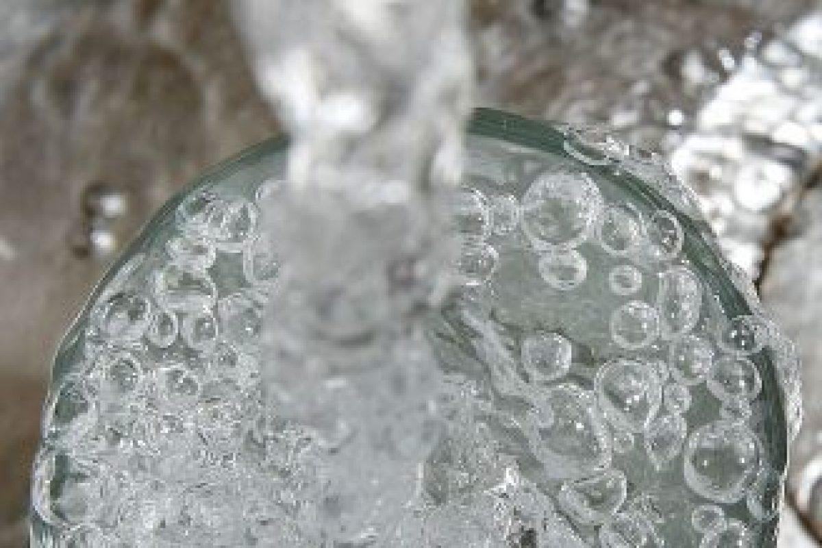 Las enfermedades relacionadas con el uso de agua incluyen aquellas causadas por microorganismos y sustancias químicas presentes en el agua potable. Foto:Getty. Imagen Por: