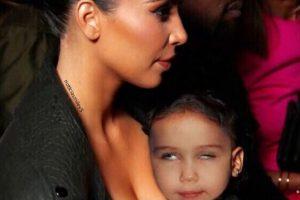"""2.- Miley se convirtió en la hija adoptiva de Kim Kardashian con este montaje, en el que """"descansa"""" sobre el pecho de la socialité Foto:Instagram @mileycyrus. Imagen Por:"""