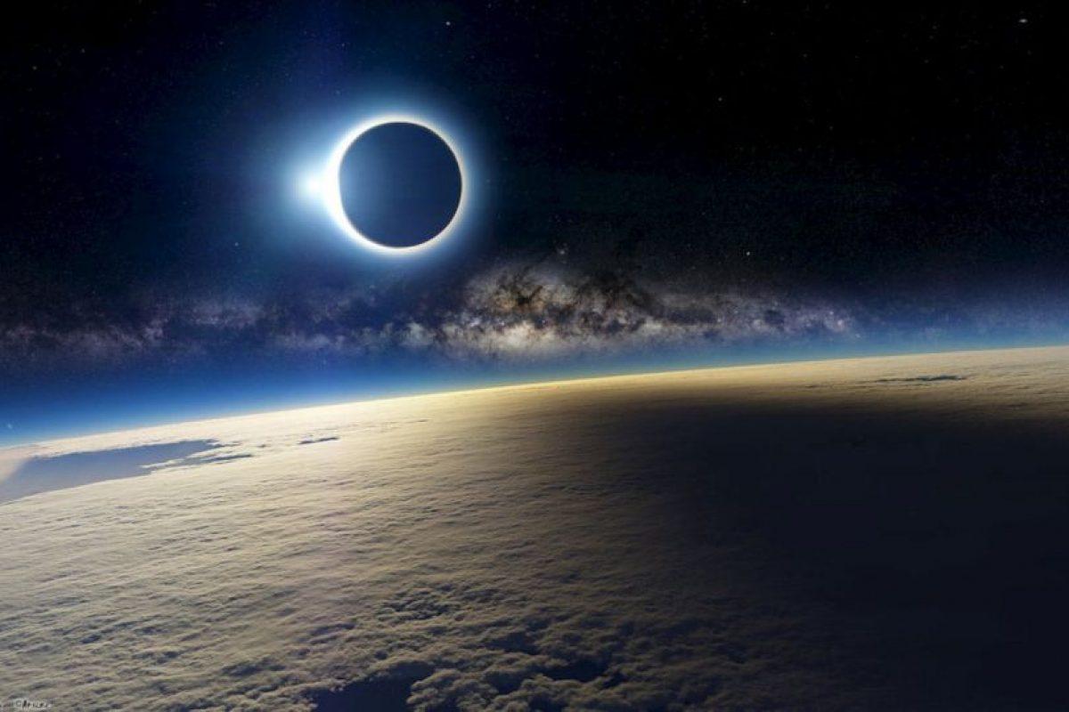 Esta es la foto falsa compartida esta mañana en las redes sociales Foto:http://a4size-ska.deviantart.com/art/Eclipse-144235675. Imagen Por: