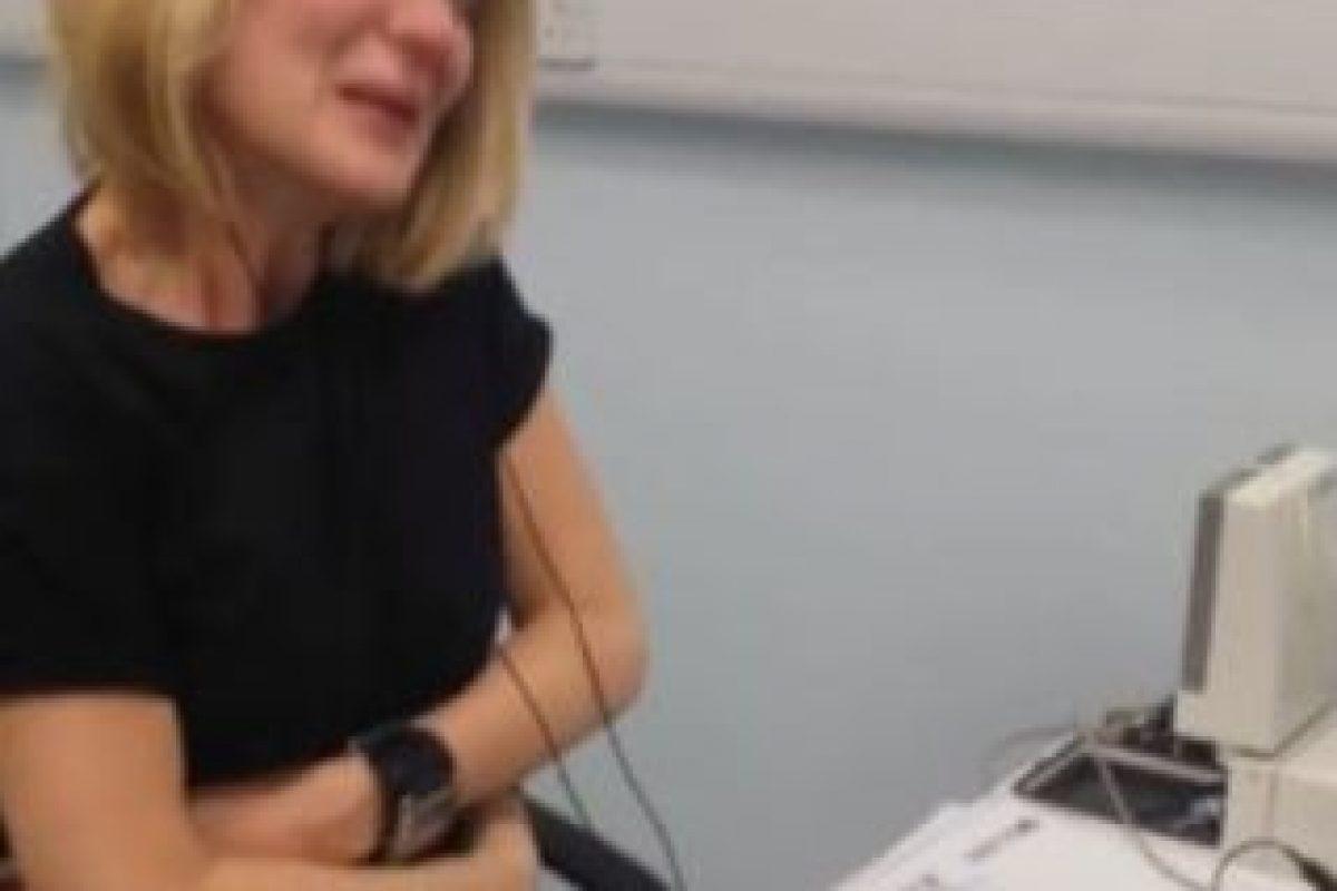 Afectada con el Síndrome de Usher, no pudo escuchar nada por 40 años. Foto:Youtube. Imagen Por: