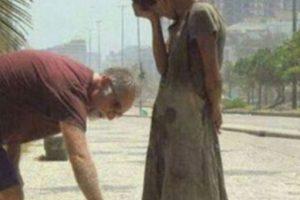 Este hombre le da sus zapatos a una desposeída en Río de Janeiro Foto:Tumblr. Imagen Por: