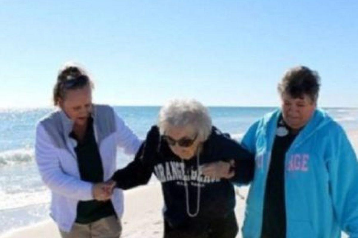 Esta anciana de 101 años vio el mar por primera vez. Foto:Facebook. Imagen Por: