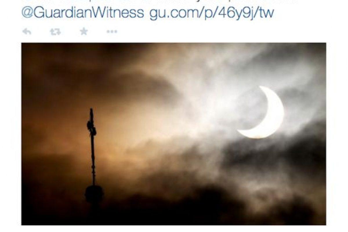 El famoso diario The Guardian pidió registrar las fotos del eclipse por medio de una cuenta de su propiedad. Foto:Twitter @guardian. Imagen Por: