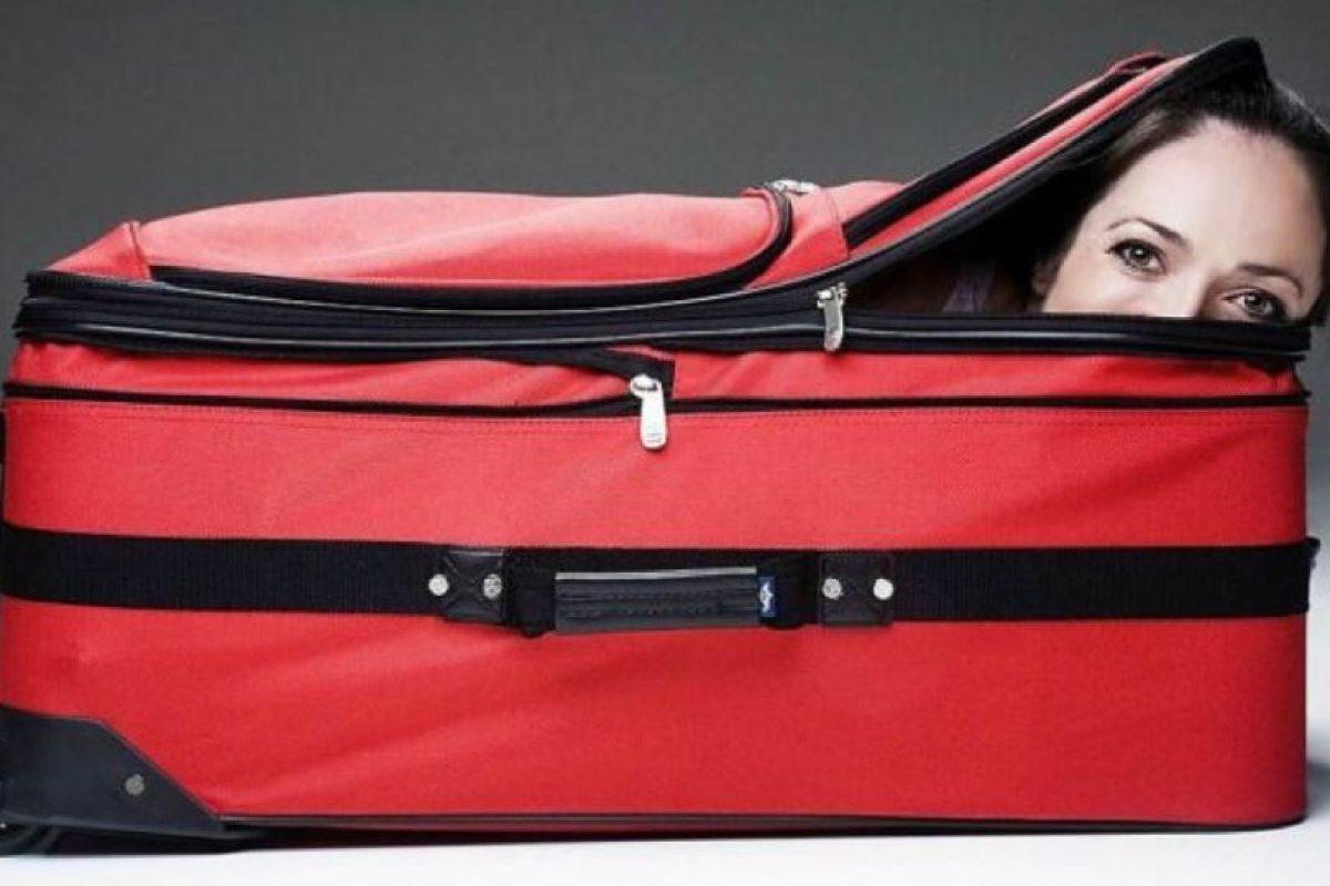 Un hombre se atrevió a desafiar la ley intentando ocultar a su esposa en una maleta, sin embargo, su plan no salió como lo habían planeado. Foto:Imagenesgraciosas. Imagen Por: