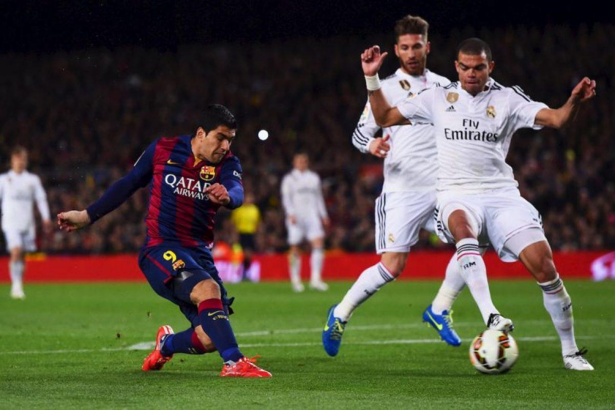 El disparo ya salió, la pelota terminará en las redes. Se colará en la base del palo derecho de Iker Casillas Foto:Getty Images. Imagen Por:
