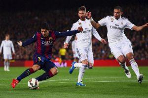 Suárez recibió el pase de Dani Alves, controló el balón y remató al arco del Real Madrid. Foto:Getty Images. Imagen Por: