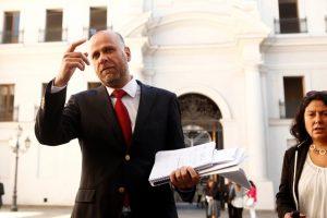 El ministro Elizalde muestra sus cuadernos con donde escribe apuntes para luego realiza las vocerías en el Patio de la Moneda Foto:Agencia Uno. Imagen Por: