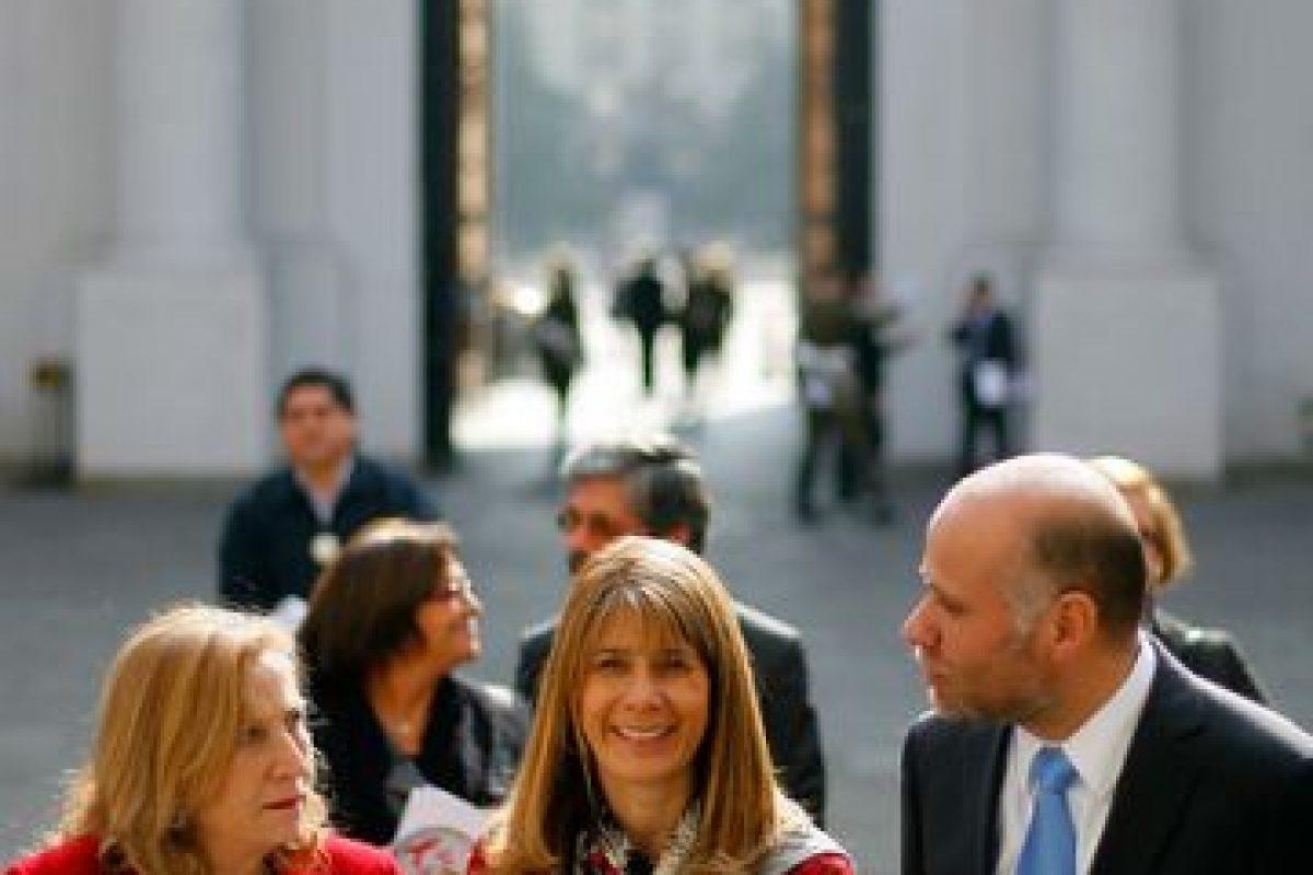 El ministro junto a la Secretaria General de la Presidencia, Ximena Rincón y a Helia Molina, ex ministra de Salud, participó de una campaña para prevenir el VIH antes de iniciar el Mundial de Brasil 2014 Foto:Agencia Uno. Imagen Por: