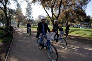 El ministro llega en bicicleta a una reunión con dirigentes sociales de Providencia, en un evento celebrado en el Café Literario del Parque Balmaceda Foto:Agencia Uno. Imagen Por: