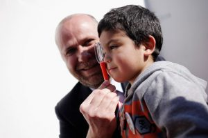 Álvaro Elizalde participó de una actividad organizada por la Fundación Integra, por el día de los niños. En la foto aparece mirando a través de un ocular puesto en una cuchara de plástico Foto:Agencia Uno. Imagen Por: