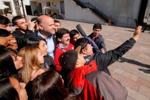Elizalde en La Moneda se toma una selfie con 17 jóvenes estudiantes del Liceo Caupolicán de la comuna de Los Álamos, Región del Biobío Foto:Agencia Uno. Imagen Por: