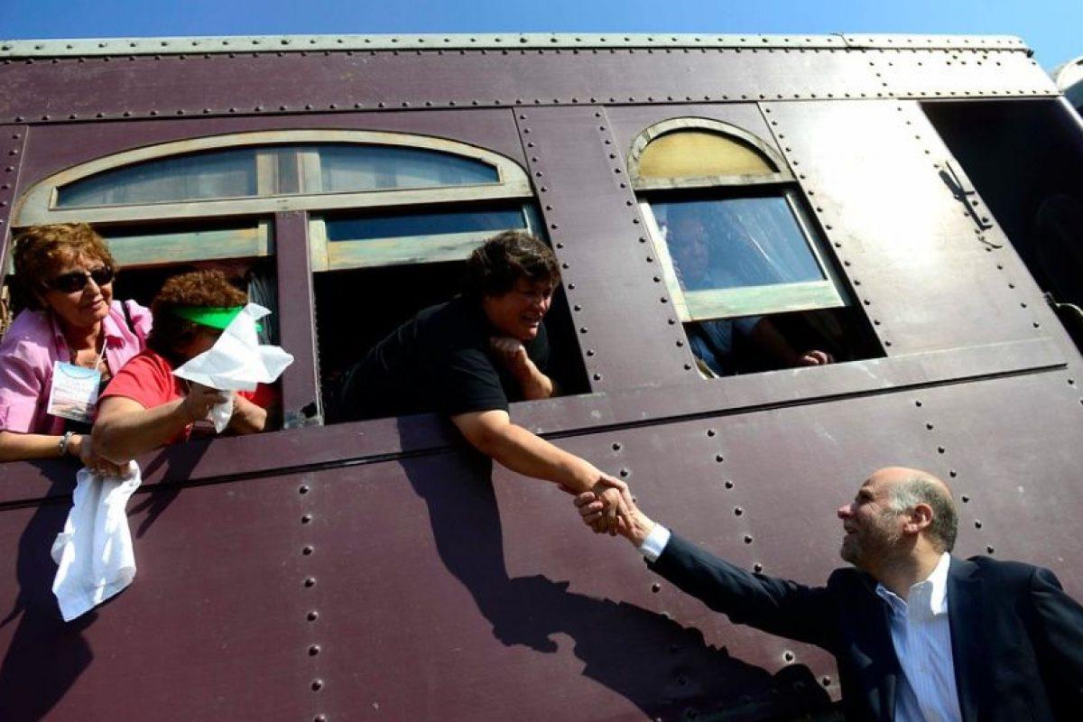 """El Ministro participó en una actividad donde se daba el inicio al """"Tren del Recuerdo"""" de Cerrillos y los primeros invitados eran cerca de 400 adultos mayores. Foto:Agencia Uno. Imagen Por:"""