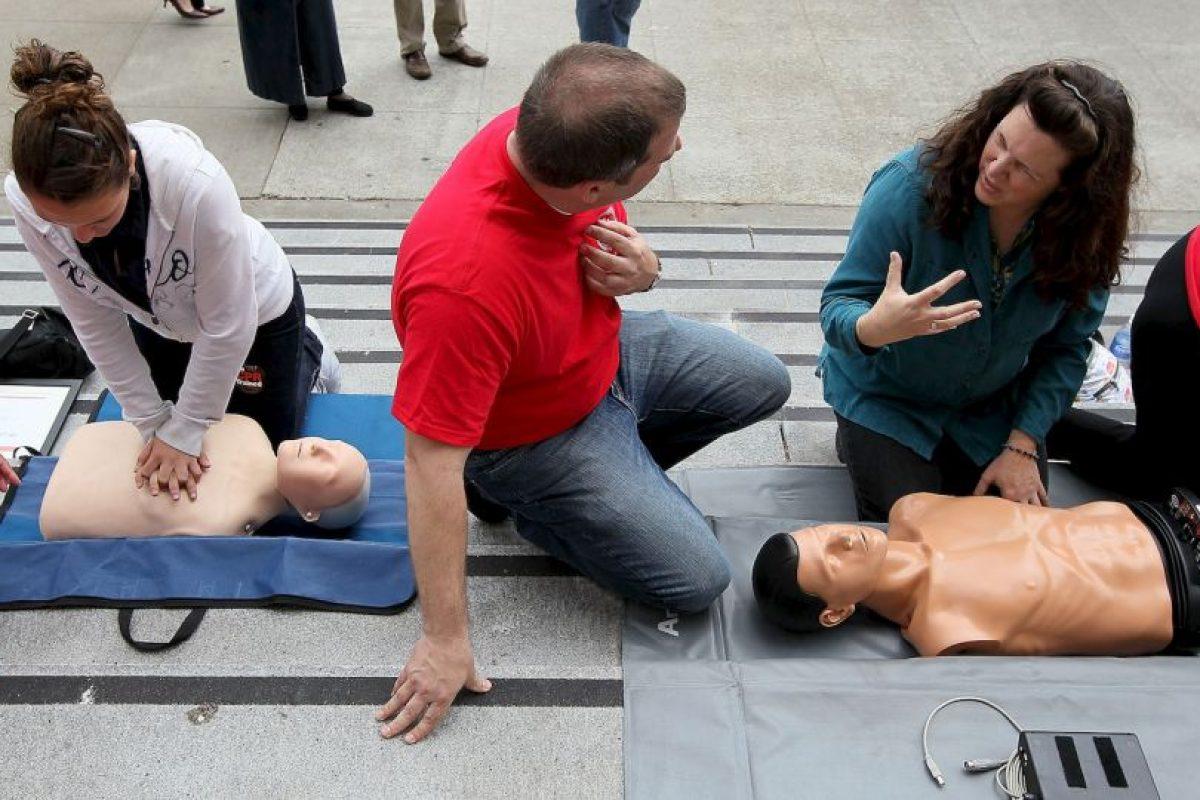 Luego de rescatar a la persona del peligro, examine y vigile sus vías respiratorias, la respiración y el pulso. Si es necesario, comience a dar respiración boca a boca y RCP. Foto:Getty Images. Imagen Por: