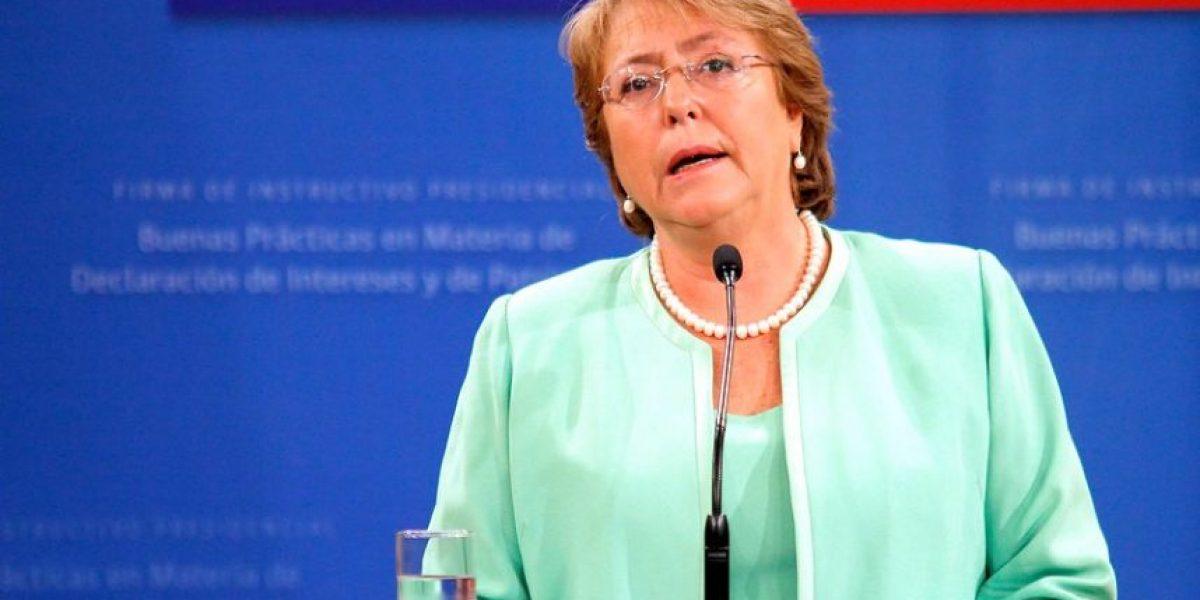 Diario El País arremete contra Presidenta Bachelet por