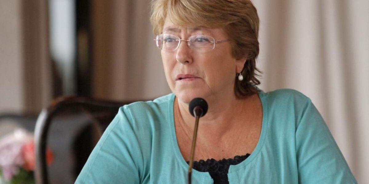 Cadem: Rechazo a gestión de Bachelet dobla su aprobación