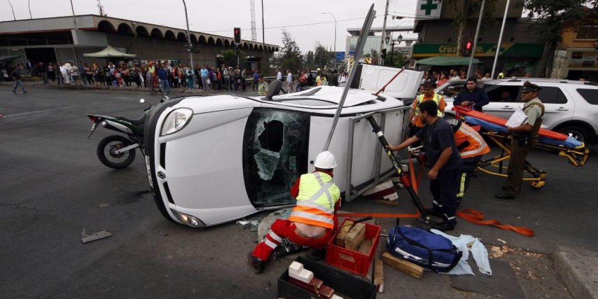 Fotos: Conductor rescatado tras volcamiento de su vehículo en Rondizzoni con avenida Viel