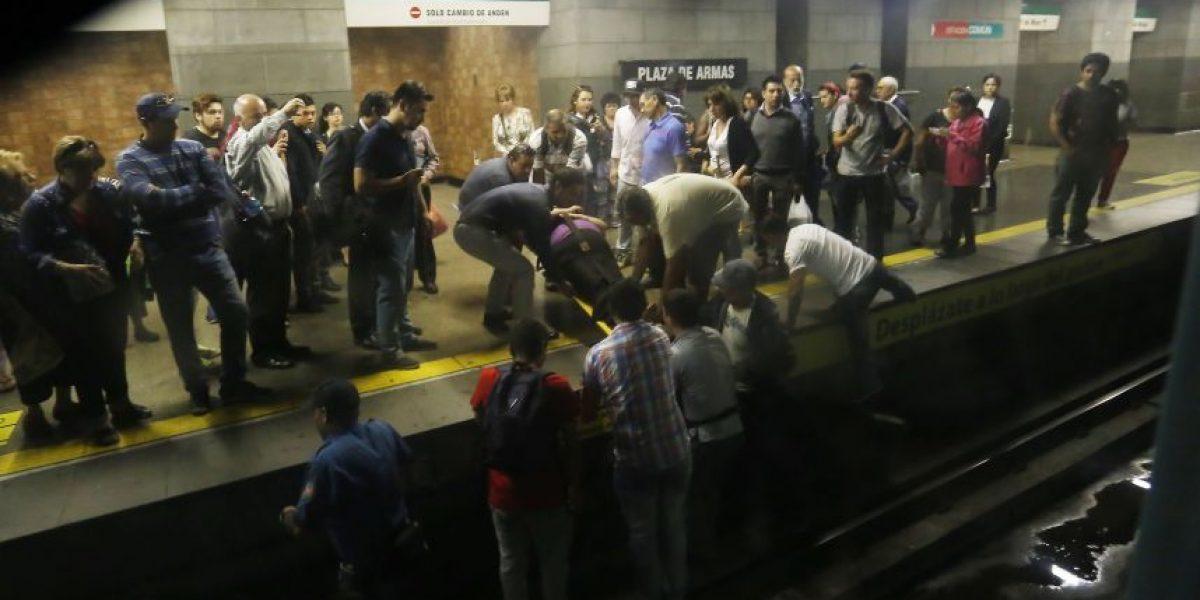 Señora no vidente cae entre vagones del metro