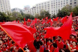 """Cientos de participantes de la organización """"Siempre por la Vida"""" asistieron a una manifestación frente al palacio de la Moneda, en contra de los proyectos de aborto presentados por el gobierno. Foto:Agencia UNO. Imagen Por:"""