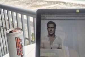 Presumiendo cómo trabajas desde la playa Foto:Tumblr.com/tagged-poses-mujeres. Imagen Por: