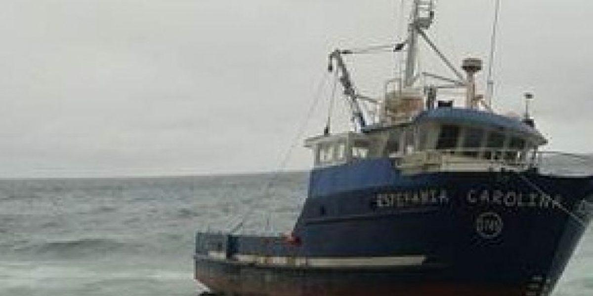 Primeras imágenes de pesqueros varados en Juan Fernández alertan riesgo de nuevo derrame
