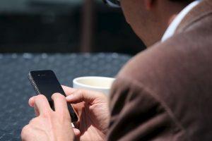 """La primera que se recuerda es el famoso mensaje: """"te estoy escribiendo un WhatsApp. Dime si te llegan mi mensajes"""". El número emisor era el 25565 y al contestar quedaba inscrito en un servicio por cobrar. Foto:Getty. Imagen Por:"""