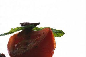 Ensalada de jitomates verdes y rojos con figura arquitectonica Foto:Martha Ortiz. Imagen Por: