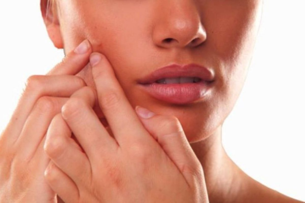 1. Lavar la piel por la mañana y por la noche. Esto nos ayudará a mantener nuestra piel limpia, evitando que se acumulen residuos de polvo o impurezas. Es importante que se realice con un jabón neutro y sin frotarla al momento de secarla. Foto:Tumblr. Imagen Por: