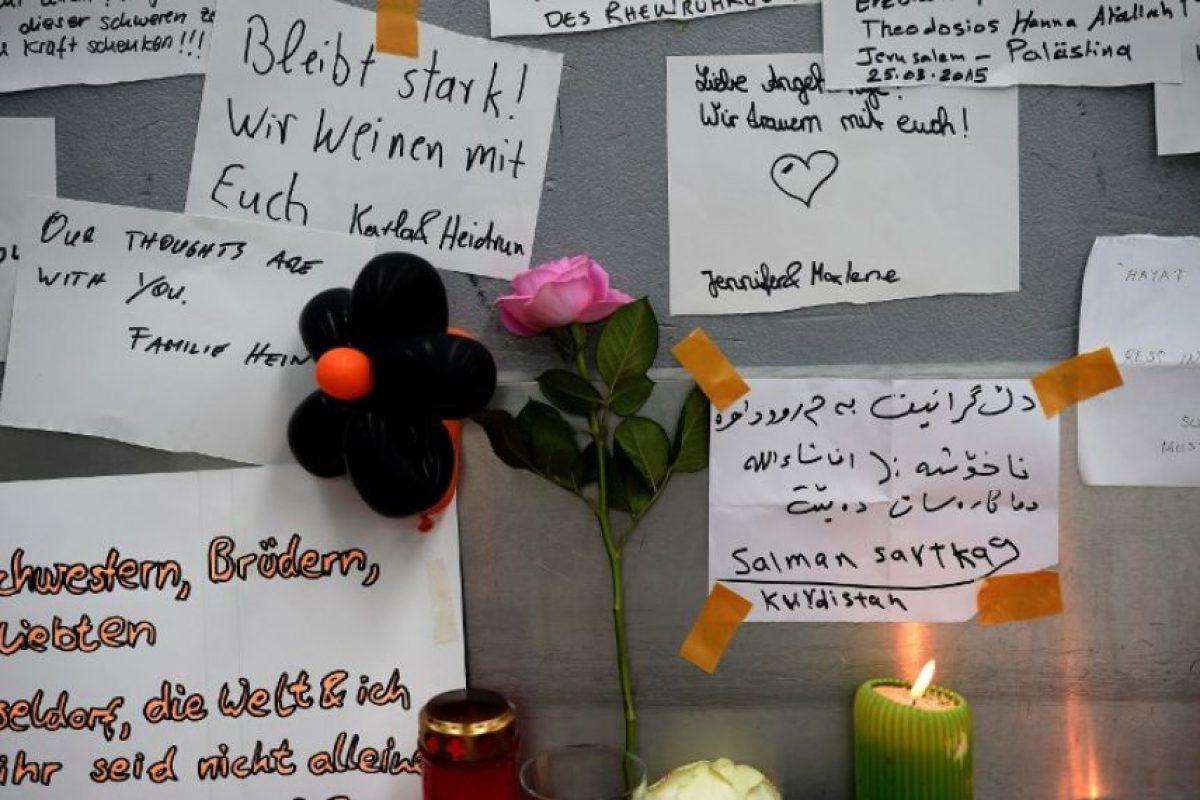 Tributos en el aeropuerto de Düsseldof Foto:AFP. Imagen Por: