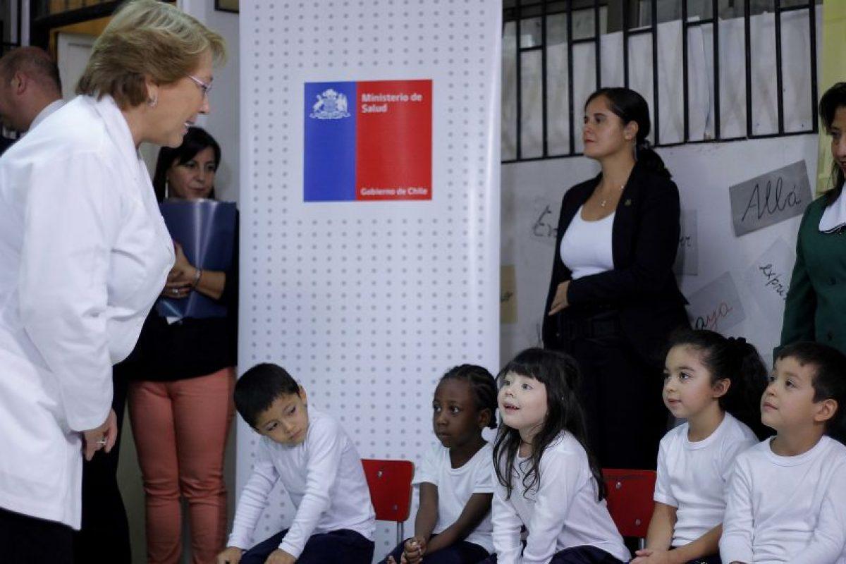 La Presidenta de la República, Michelle Bachelet, anuncia el inicio de la Campaña Nacional de Vacunación contra la Influenza 2015. La actividad se realizo en el Colegio ANTÚ en la Cisterna. Foto:Agencia UNO. Imagen Por: