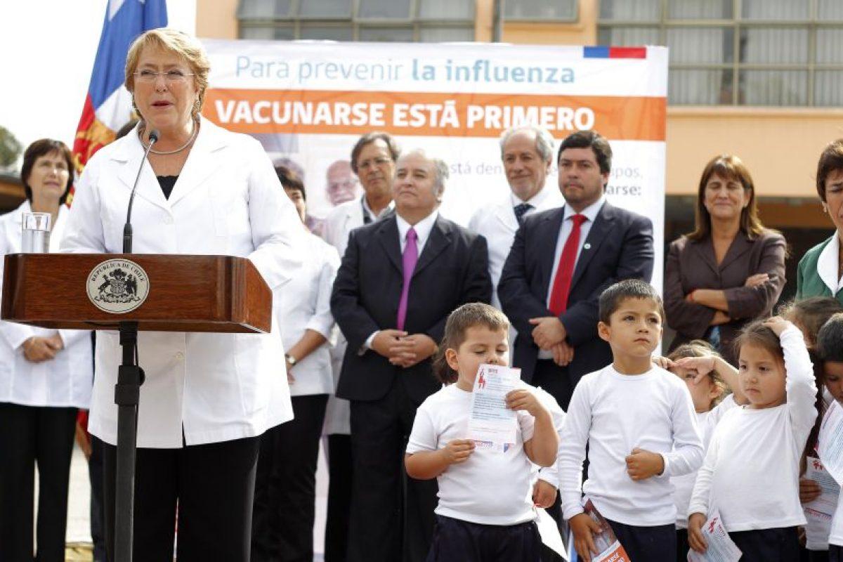 La Presidenta de la República, Michelle Bachelet, anuncia el inicio de la Campaña Nacional de Vacunación contra la Influenza 2015. La actividad se realizo en el Colegio ANTÚ en la Cisterna. Foto:ATON CHILE. Imagen Por: