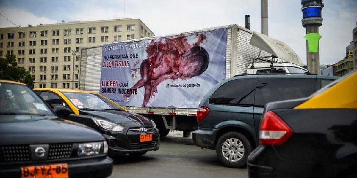 Crudas imágenes en contra del aborto se exhibieron en las cercanías de La Moneda
