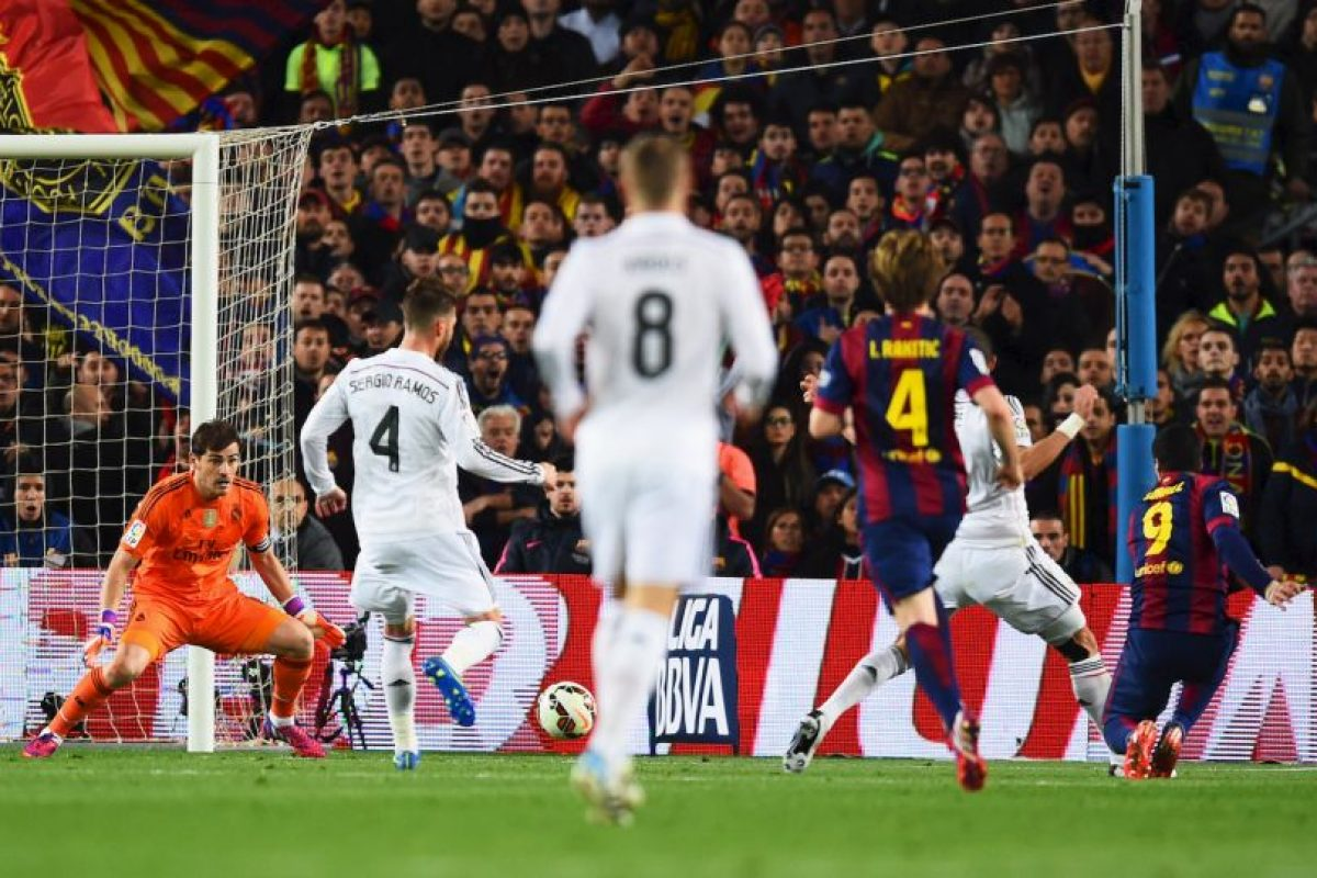 El delantero uruguayo remató con un disparo cruzado, pero en lugar de intentar detenerlo con la mano, Casillas utilizó el pie, lo que provocó el enfado de Vecchi. Foto:Getty Images. Imagen Por: