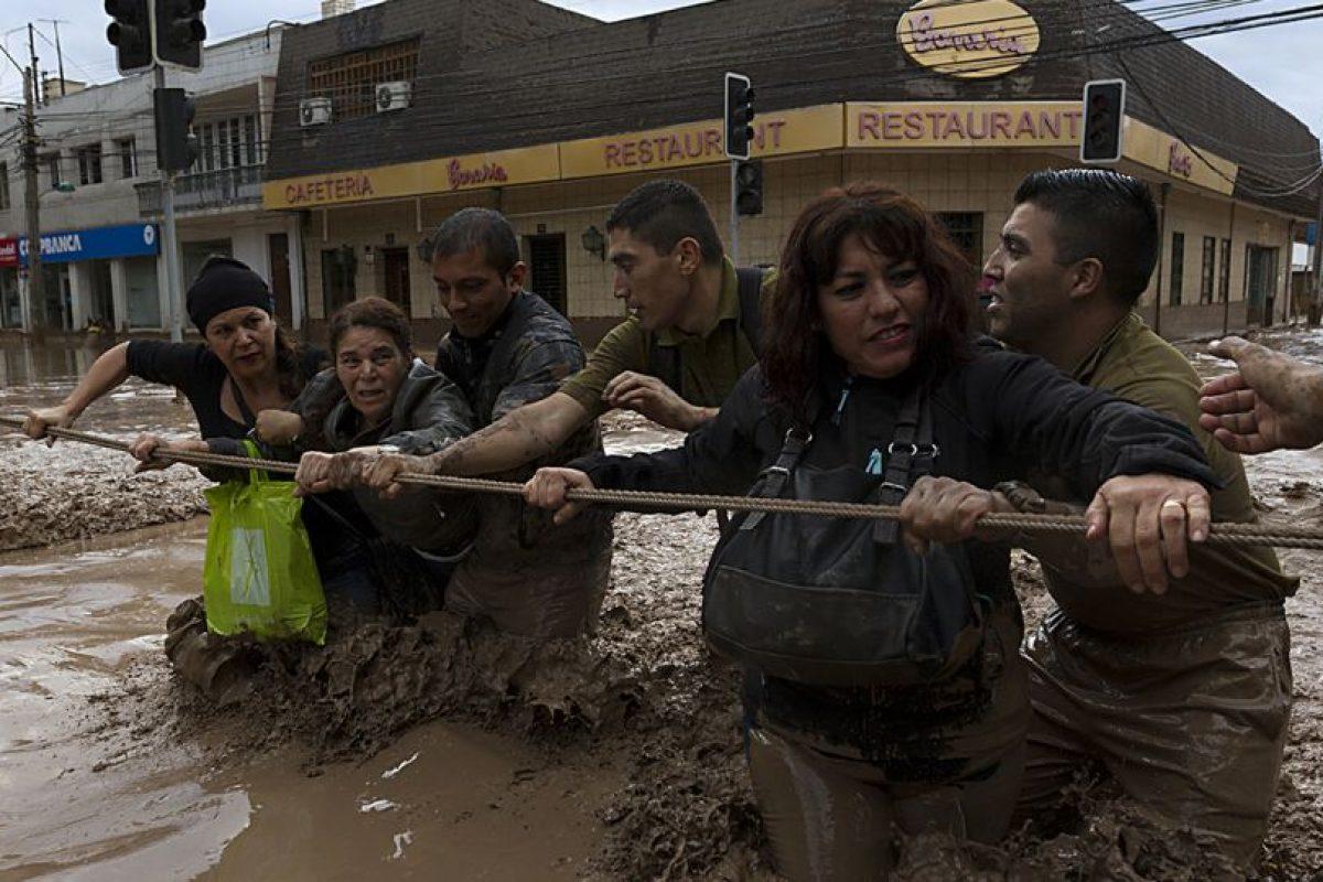 Héroes anónimos que no sólo se dedicaron a ayudar a las personas en la tragedia que afecta a las regiones de Atacama y Antofagasta, han sido constantemente destacadas a través de las redes sociales. Foto:Agencia UNO. Imagen Por: