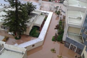 Así se veía ayer el Hospital de Calama, cuando la crecida del río Copiapó hinundó el primer piso del recinto. Foto:Reproducción Twitter. Imagen Por: