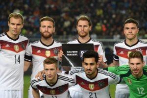 Durante el partido amistoso de fútbol entre Alemania y Australia, los jugadores guardaron un minuto de silencio Foto:AFP. Imagen Por: