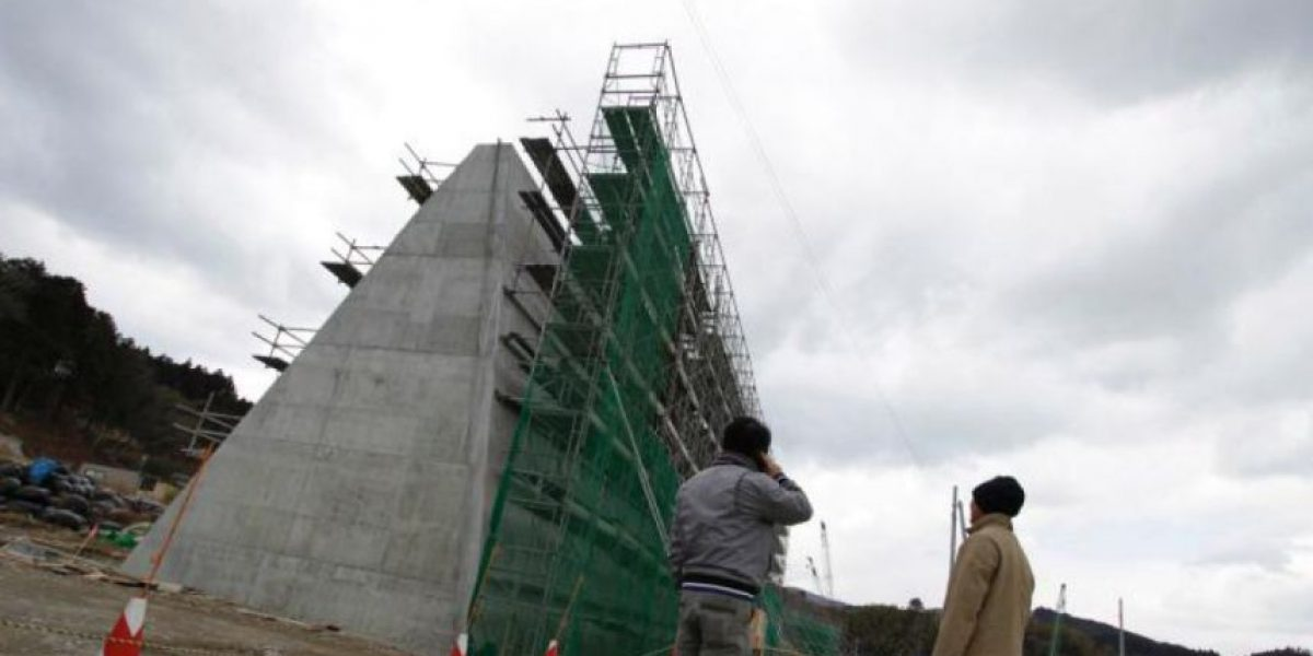 Japón construye enorme muro para contener efectos de tsunamis