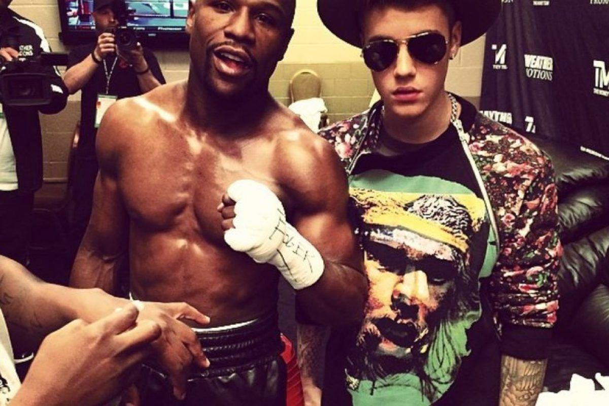 """Es tanta la amistad, que """"Money"""" considera al cantante su amuleto personal, por eso lo lleva a todas sus peleas. Foto:Instagram @JustinBieber. Imagen Por:"""