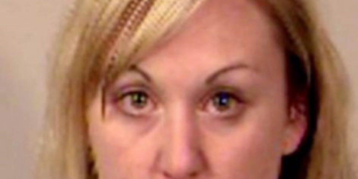 Maestra fue arrestada por acostarse con alumno en autobús escolar