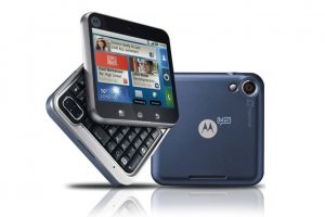 Motorola Flipout fue un bizarro experimento de de esta marca. La pantalla cuadrada era algo muy poco atractivo. Foto:Motorola. Imagen Por: