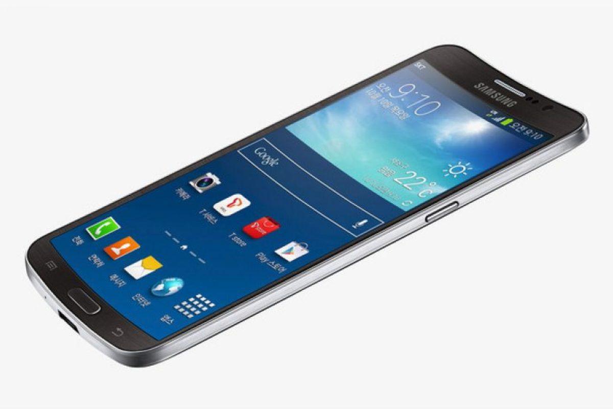 Samsung Galaxy Round. Lo que hacía raro a este dispositivo era su pantalla cóncava hacia afuera, era totalmente incómoda. Foto:Samsung. Imagen Por: