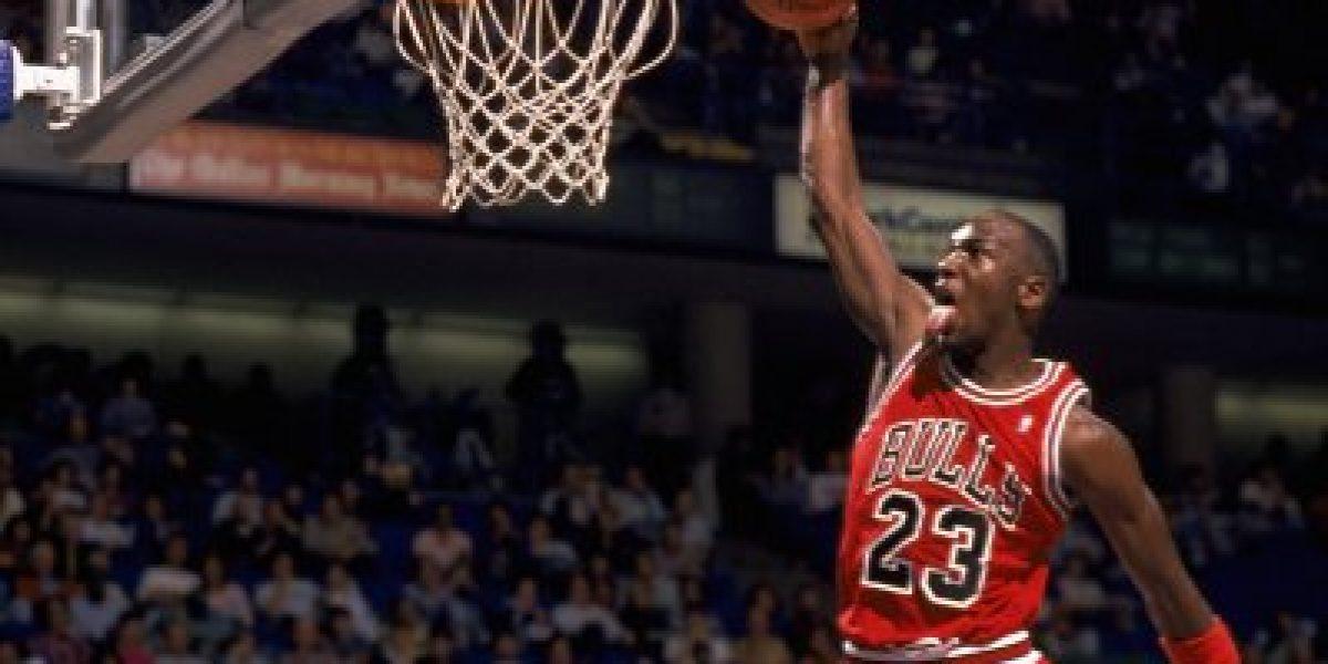 A sus 52 años: Michael Jordan juega básquetbol callejero con Tom Brady
