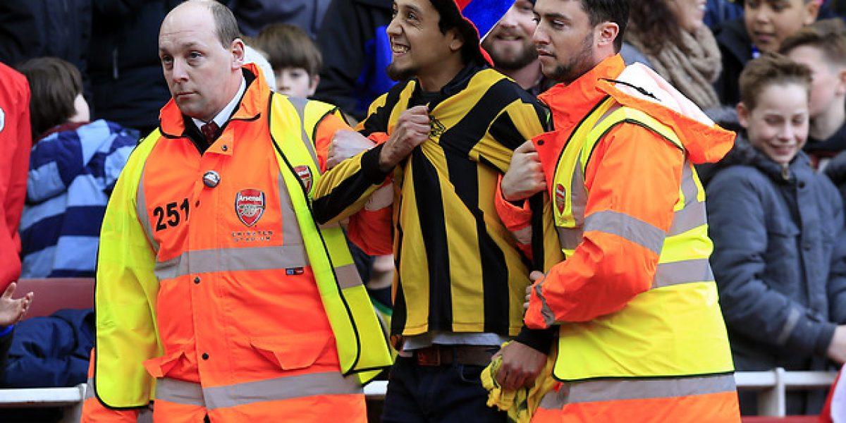 Hincha de Fernández Vial entró al Emirates Stadium y le dejó un mensaje a Bravo