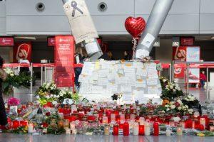 Cartas de condolencia fueron colocadas en el aeropuerto de Duesseldorf. Foto:AFP. Imagen Por: